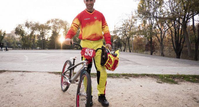 """""""La gente en mi trabajo me dice que dónde voy con una bici de niño"""""""
