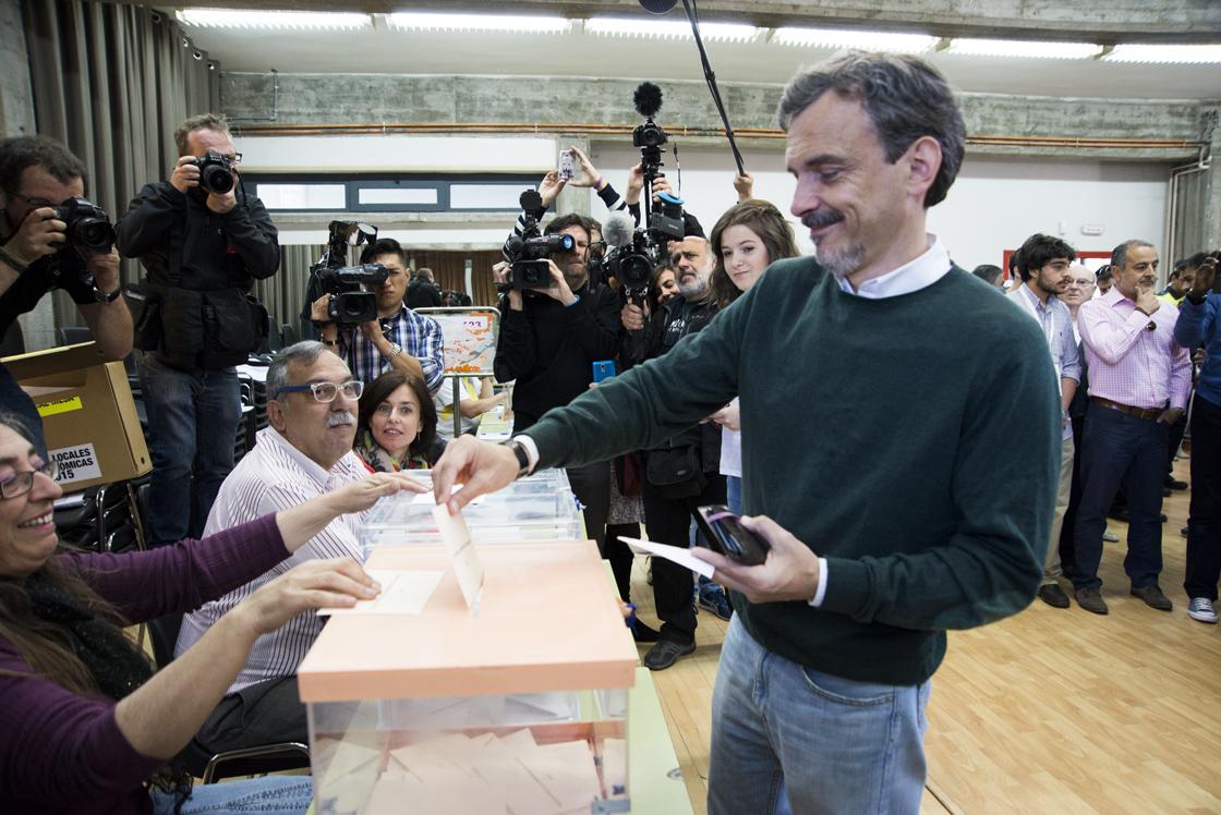 José Manuel López, de Podemos, ha votado en el IES Arturo Soria de Manoteras