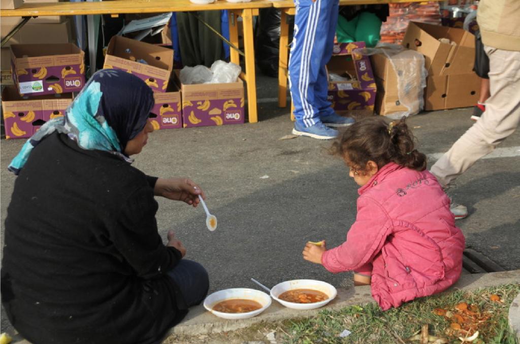HPV30p6_refugiados_Niña con madre comiendo