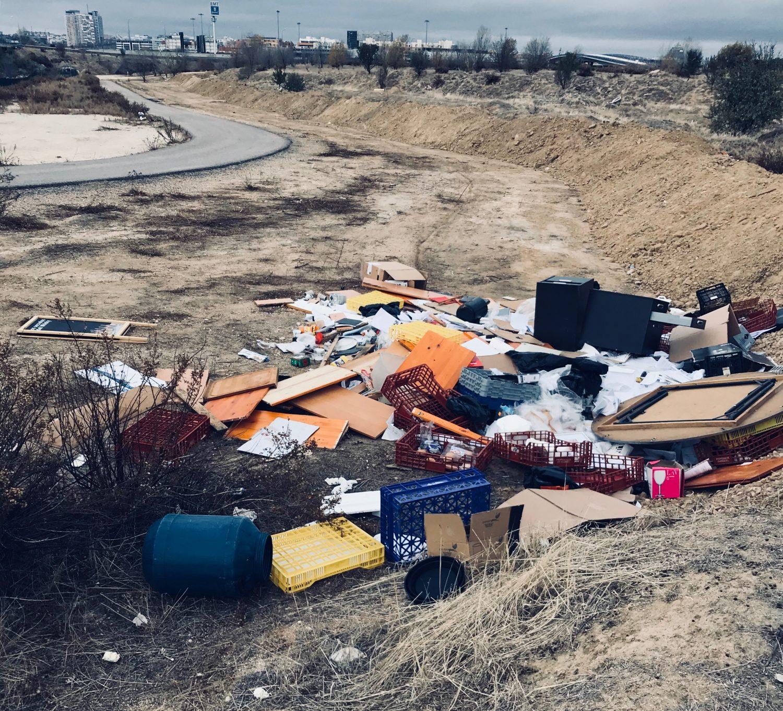 El vecindario de Las Cárcavas denuncia vertidos ilegales de escombros