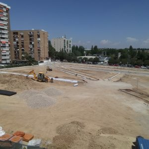 Las obras de la nueva zona verde de Villa Rosa coinciden con la temporada de piscina del polideportivo Luis Aragonés