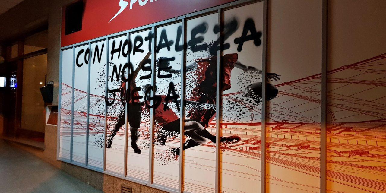 Pintadas contras los locales de apuestas de Hortaleza