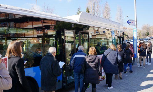 Largas colas de espera y autobuses abarrotados el primer día del cierre de la línea 4 de Metro