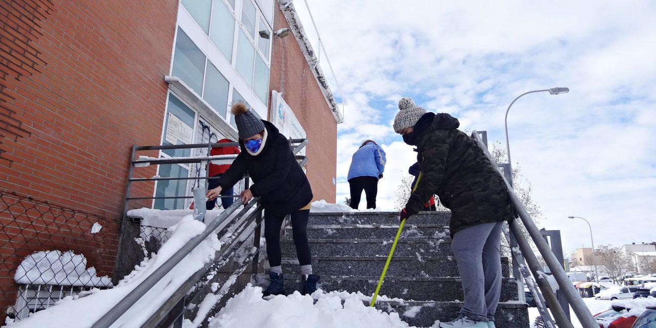 Hortaleza sale a limpiar las calles de nieve